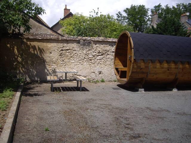 Hébergement dans un  tonneau en bordure de Sarthe
