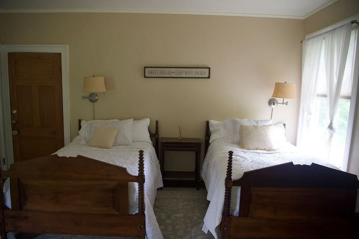 The Twin Willows Room at the Charlton Farm