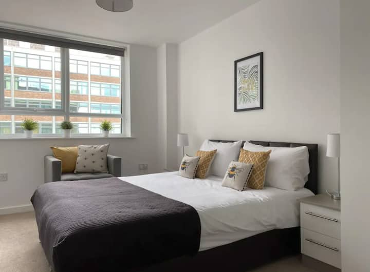Modern & Bright Apt with FREE PARKING! - sleeps 3
