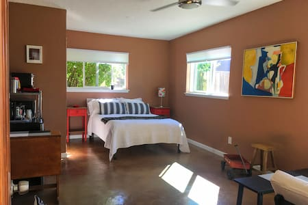 Private Studio shared Yard - UNM, Airport & NobHil