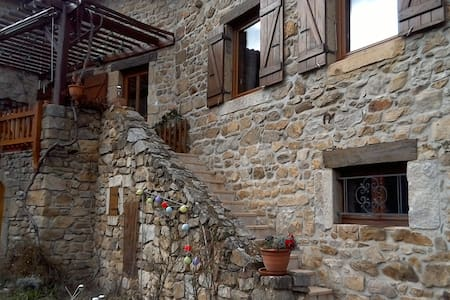Chambre lumineuse maison de village - Pélussin