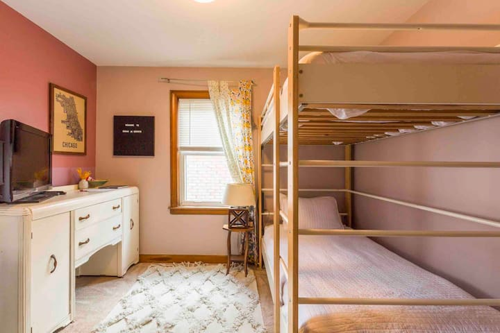 Bunks in Berwyn | Free Parking | Near Train