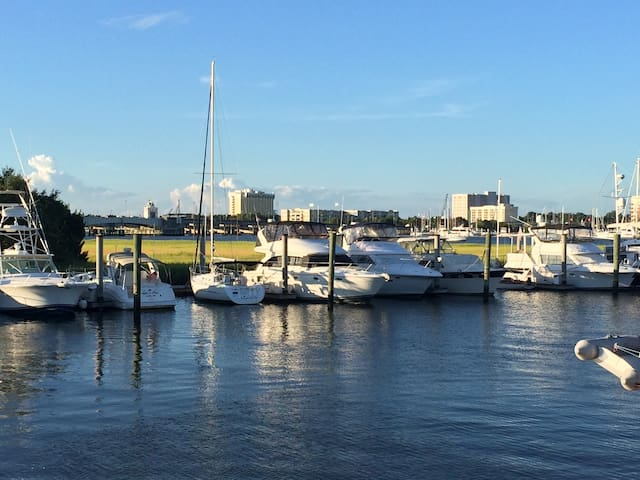 Stay on the water in the Charleston Harbor - Charleston - Barco