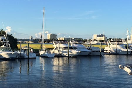 Stay on the water in the Charleston Harbor - Charleston - Boot