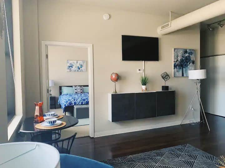 Downtowns 1st Skyscaper!Cozy home w/Gym & Parking!