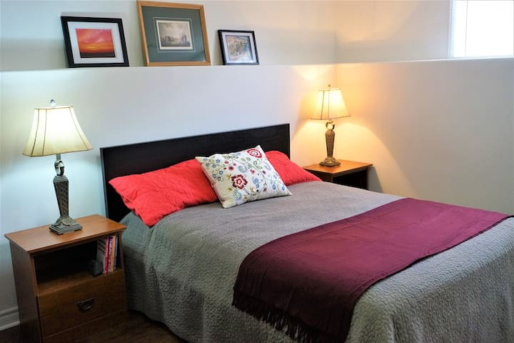 Queen bed + Breakfast in Peaceful East end house