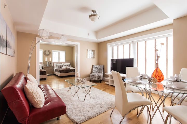HUGE Walk-of-Fame Condo! 2BD+ SLEEPS 8+ PARKING!