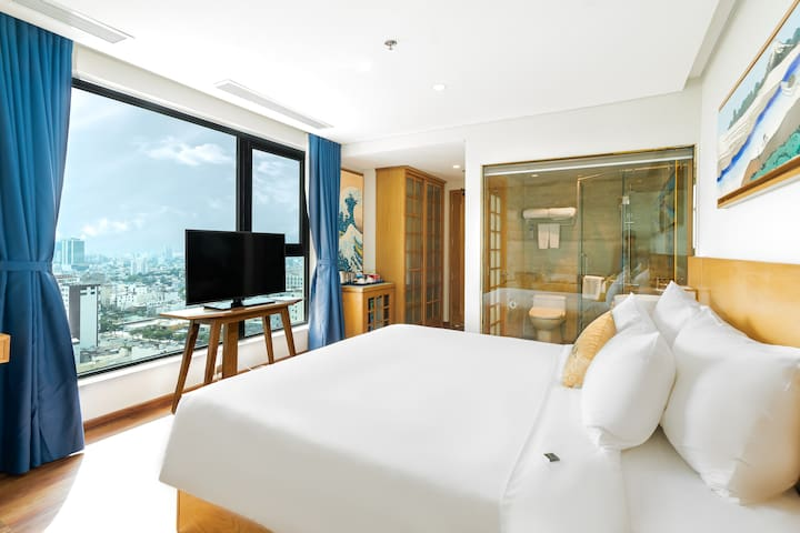 Superior Room is an ideal space with the panoramic scenery of bustling Danang city. It's so awesome to relax and recharge yourself while laying on a sizable and soft bed. ✨
