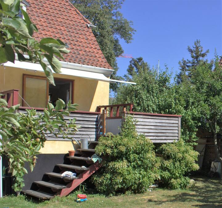 Cosy house near beach, city & metro.