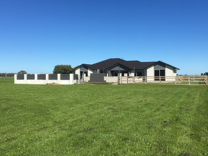 "Large Modern ""Rural"" Home (4min to Fieldays)"