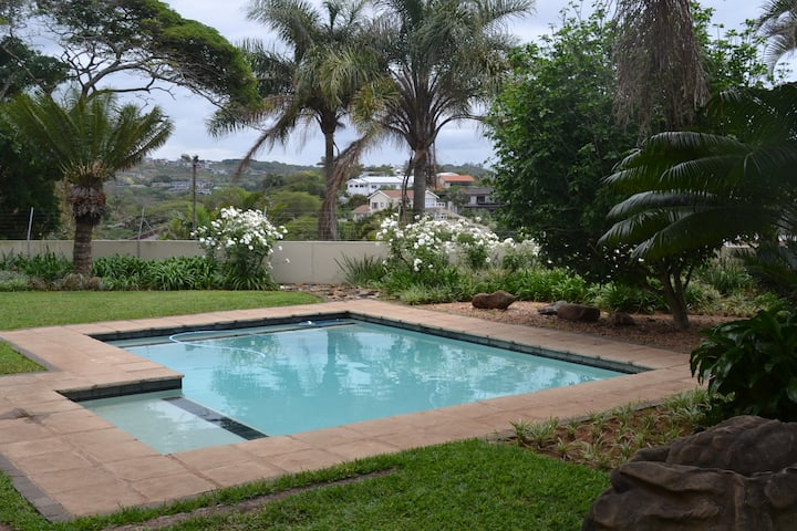THREE PALMS POOLSIDE GARDEN FLAT