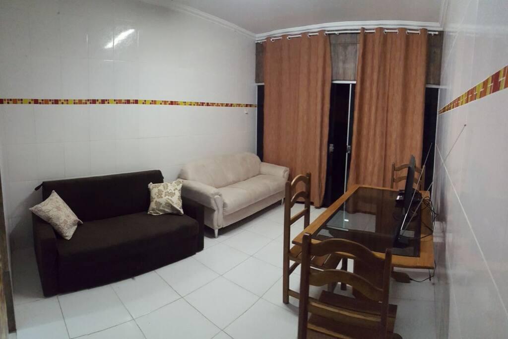 A sala, logo na entrada.