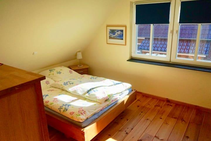 Die Schlafzimmer (Bett 140 x 200) sind jeweils mit einem Fernseher ausgestattet.