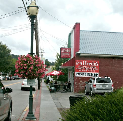 "Great Greek and Italian restaurant ""Alfredos"" is very close."