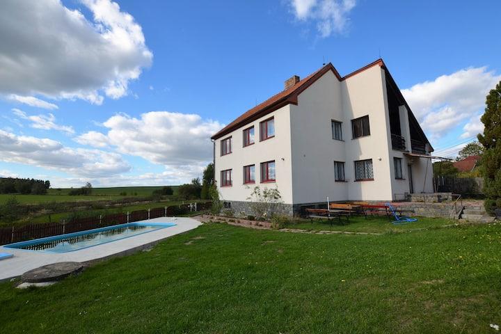 Espaciosa villa en Skrýchov u Malšic con piscina
