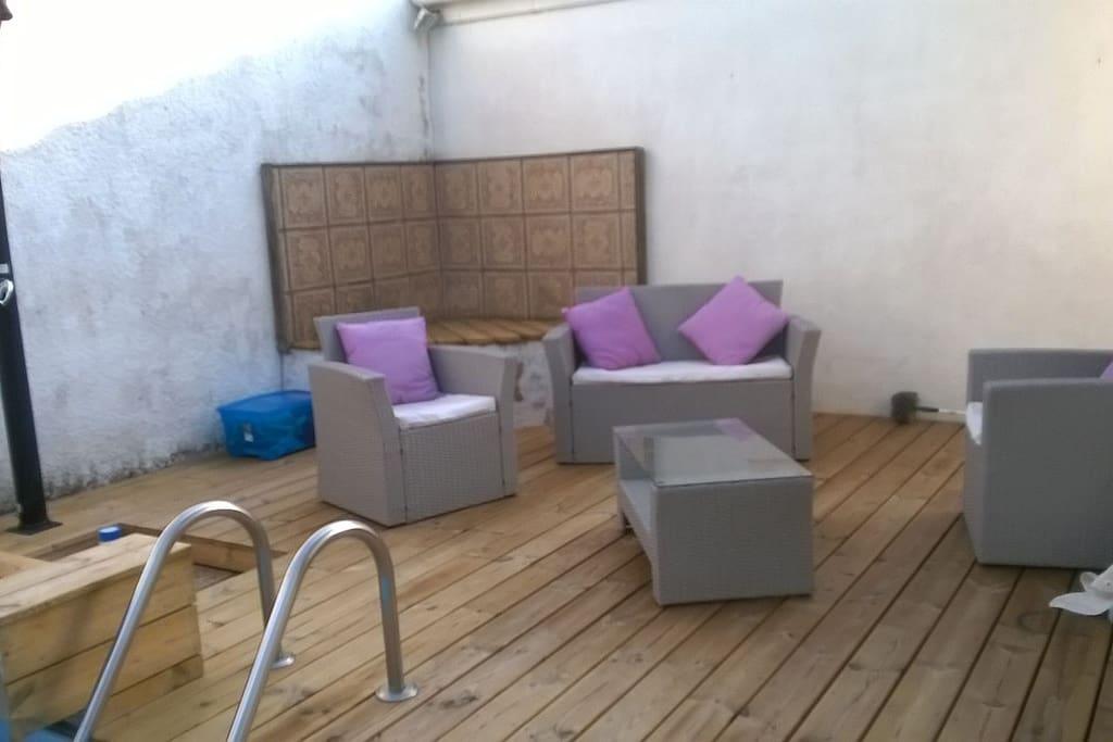 Salon de jardin cote piscine