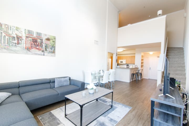 Modern High Ceiling Apartment | 2BR + LOFT W/2BA |