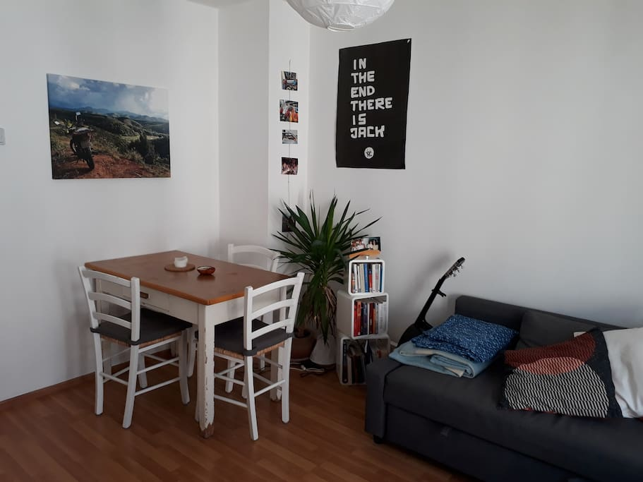 Wohnzimmer/Gästezimmer - Couch und Esstisch