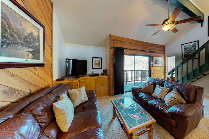 Cozy townhome w/ views, slopes nearby - walk to dining, June & Gull Lakes!