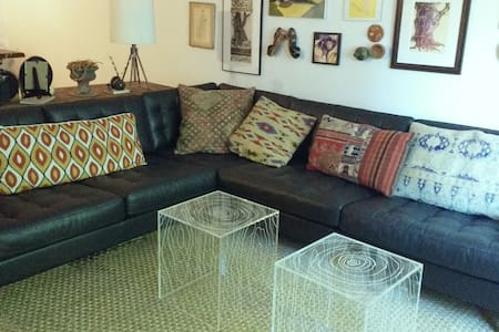 Large Sofa in Artist's Apartment - Бруклин