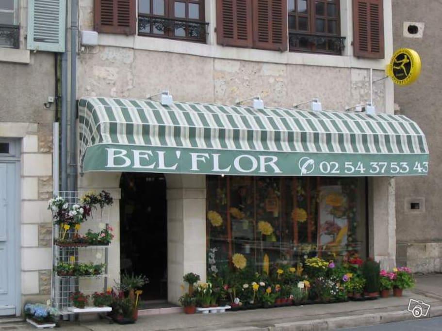 Le duplex est situé au-dessus du magasin de fleur - place de l'église