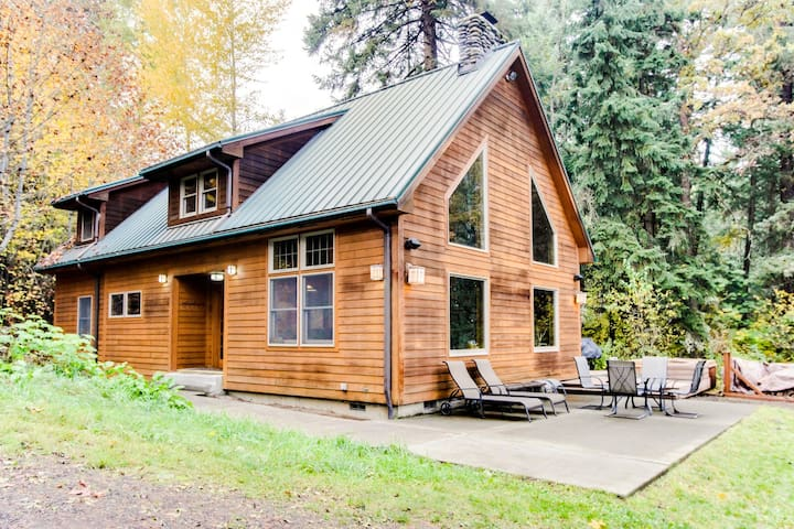 Amazing, serene dog-friendly river cabin on 1.3 acres! Includes private hot tub!