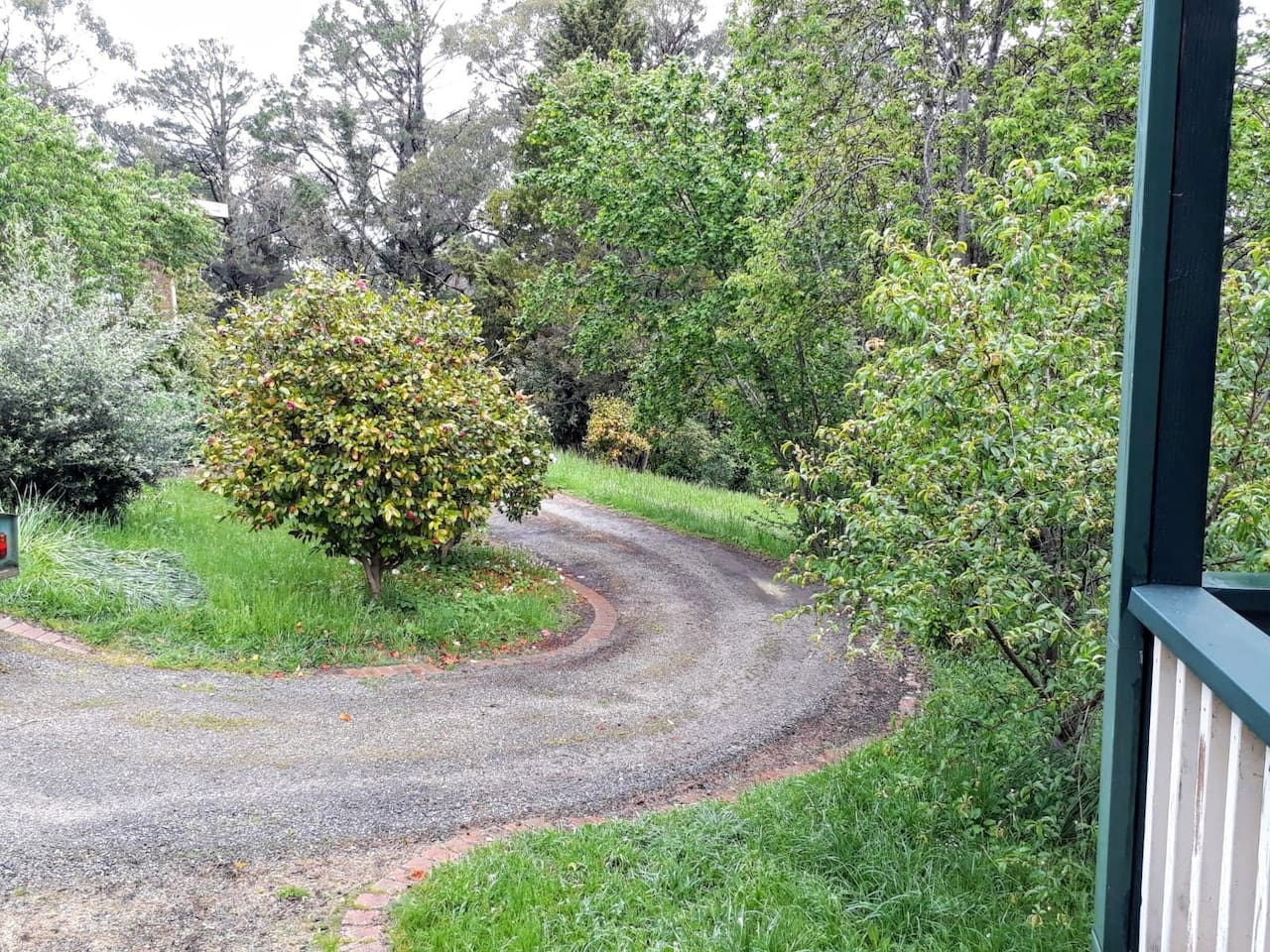 turning circle at front of cottage
