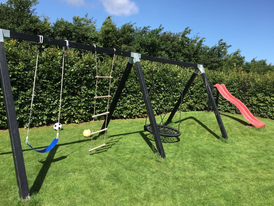 Activities in the garden. Stor have (1100m2 grund) med gynger og rutchebane