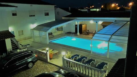 Casa com 3 quartos no rés-do-chão com vista para a piscina.