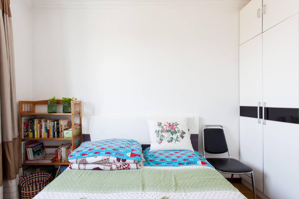 1.5米双人床,适合1人、情侣或携带宝宝入住~