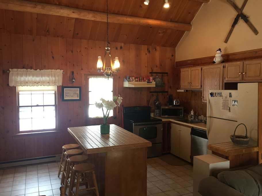 Fully equipped kitchen with breakfast bar island