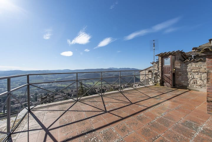 Casa con terrazza e giardino panoramici