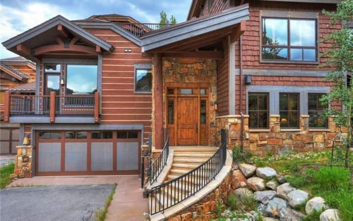 Amazing 4BR Executive Home, Ski In / Walk Out LR884