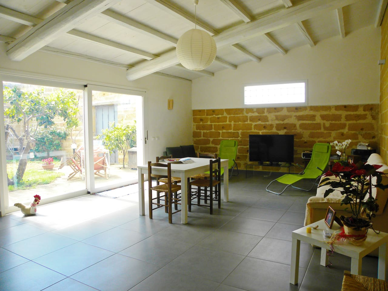 cucina soggiorno con accesso al delizioso giardino