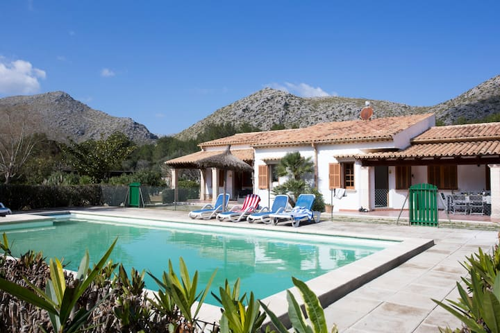 Modern 5 bedroom Villa Vora, easy stroll to beach
