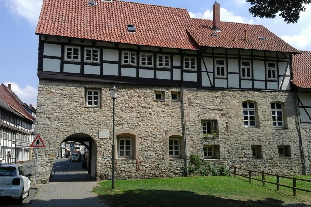 Aussenansicht vom Haus. (Stadtmauer)die 3 Fenster oben recht's gehören zum Bad und Schlafzimmer.
