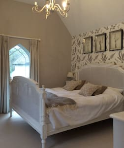 Beautiful light double bedroom - Hambledon - Dom