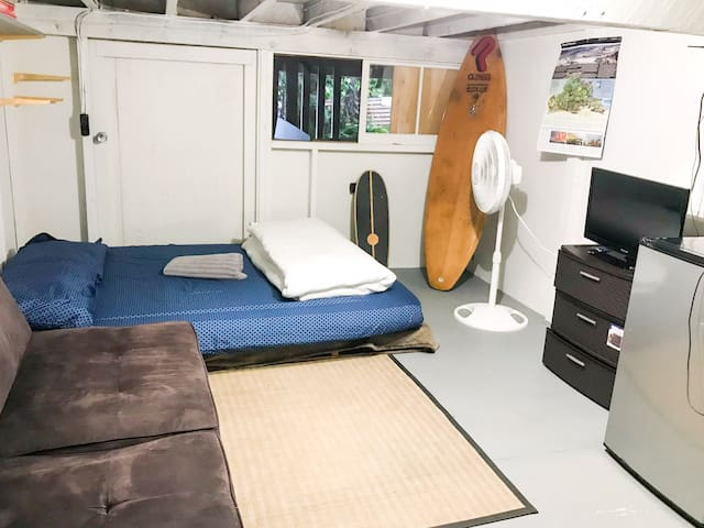 Cozy basement bedroom for single traveler!