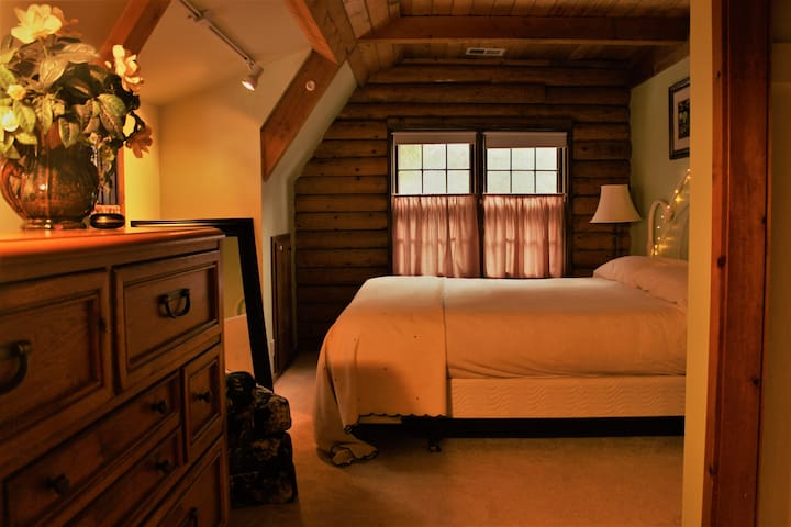 Rent this King Bed Room  in Our Cozy Log Cabin - Twin Peaks - Wikt i opierunek