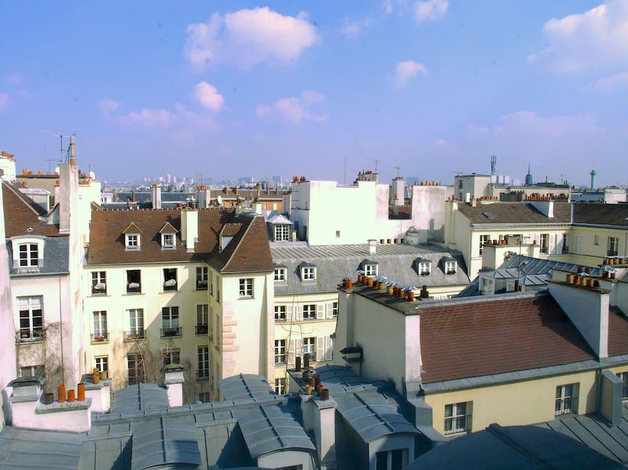 Depuis les fenêtres du salon, la vue sur les toits de Paris