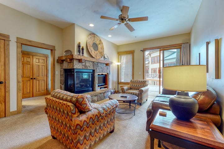 Ground-floor condo w/ fireplace, W/D & shared pool/hot tubs/gym - walk to lifts!