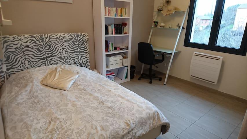Chambre lumineuse et calme avec bureau et jacuzzi