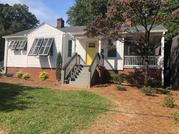 2BR/1BA Sunny Bungalow in North Main Area