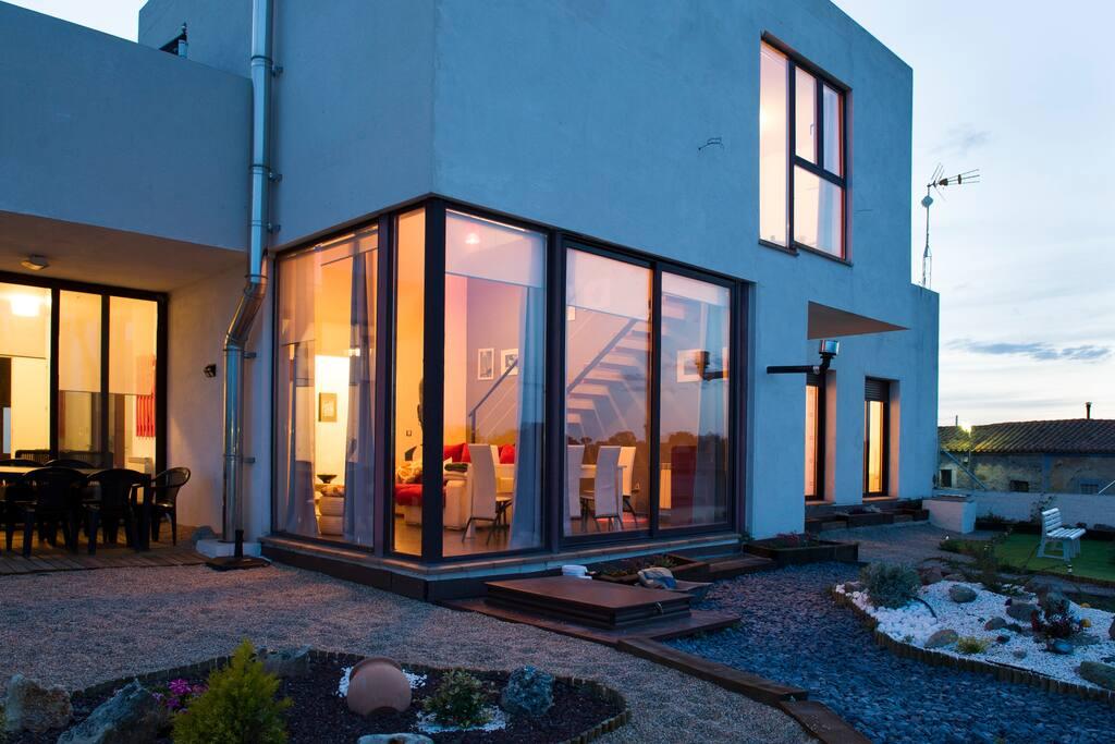 Panoramica de la fachada y del jardin