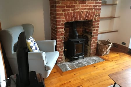 Cosy Warm Isle of Wight Cottage with Log burner