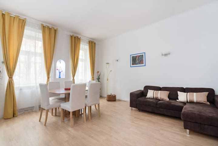 New, bright apartment direct by the U-Bahn station