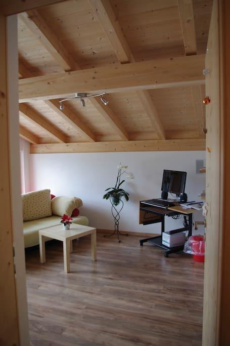 Dachschräge aus Holz sorgt für eine heimelige Atmosphäre