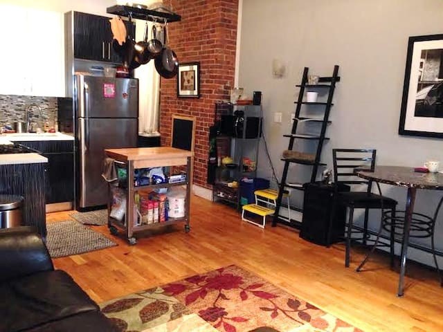 BK's Finest Courtyard Rm close to transportation - Brooklyn - Apartemen