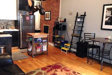 BK's Finest Courtyard Rm close to transportation - Brooklyn - Wohnung