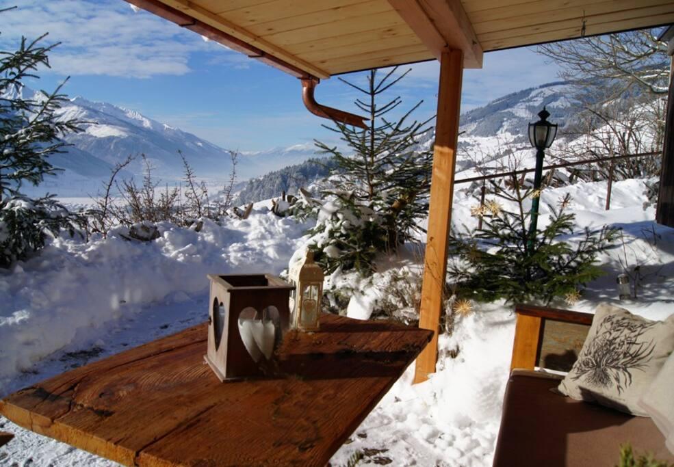 Genießen Sie den Ausblick auf der winterlichen Terrasse der Ferienwohnung / Enjoy the view on the winterly terrace of the apartment